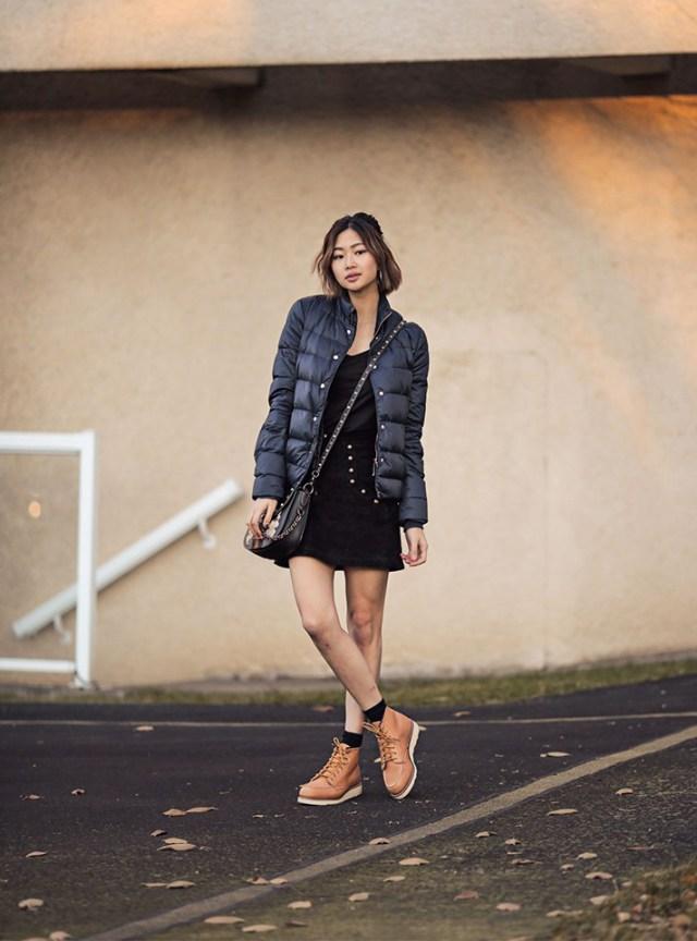 0c14ef72df2 Модная черного цвета стеганная куртка 2017 в сочетании с короткой юбкой и  ботинками.