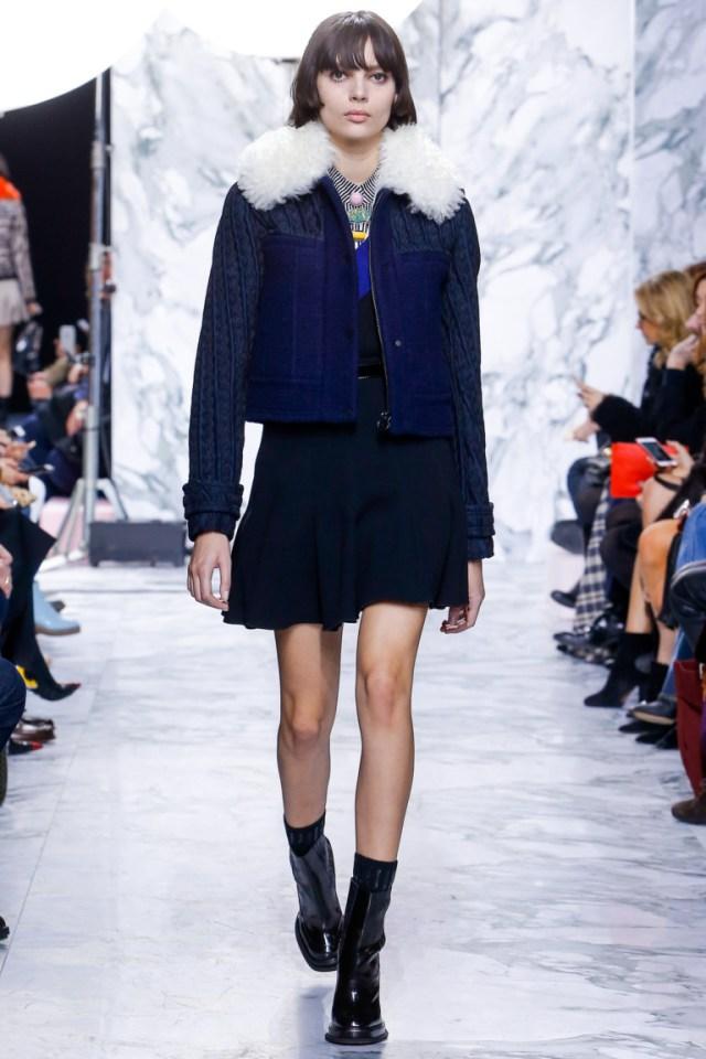 8f11b184c83 Модная короткая куртка 2017 синего цвета с меховым воротником — фото обзор  коллекции Carven.