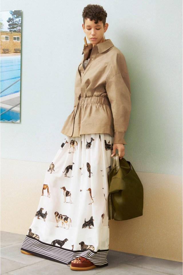 affda5056a3 Модная короткая куртка 2017 бежевого цвета в сочетании с укороченными  серыми брюками и туфлями.